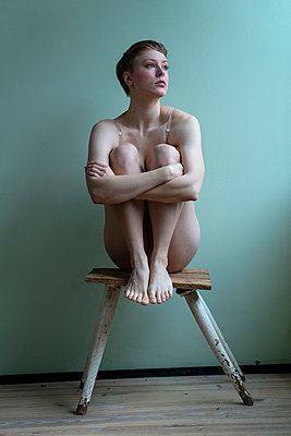 Woman sitting on stool - p427m2149839 by Ralf Mohr