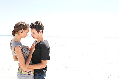 Junges Paar am Strand - p8880136 von Johannes Caspersen