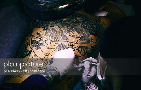 Japanischer Tattoo Künstler - p1180m958828 von chillagano