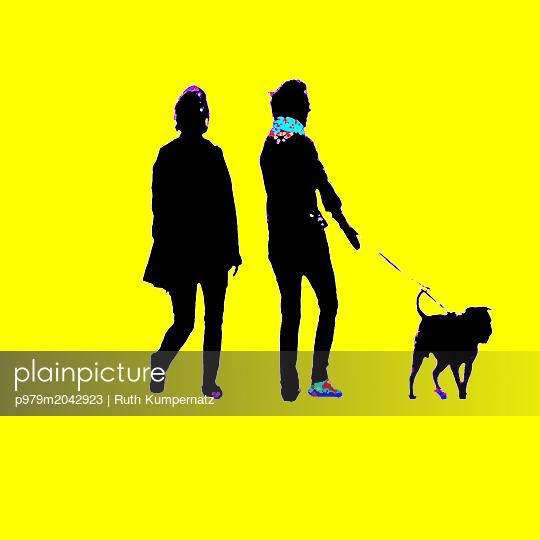 Spaziergänger mit Hund - p979m2042923 von Ruth Kumpernatz