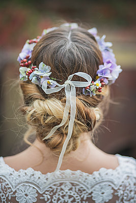 Close-up of bride wearing floral hair wreath - p300m1204687 by Anke Scheibe
