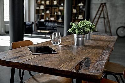 Tablet on table in loft flat - p300m1581742 von Philipp Dimitri