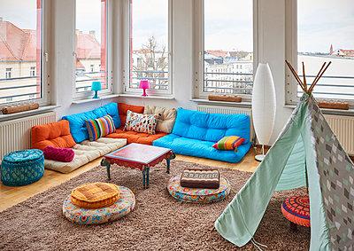 Wohninterieur mit Spielzelt im Loft Atelier - p390m1362318 von Frank Herfort