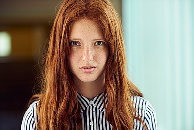 Young woman, portrait - p623m1579551 by Frederic Cirou