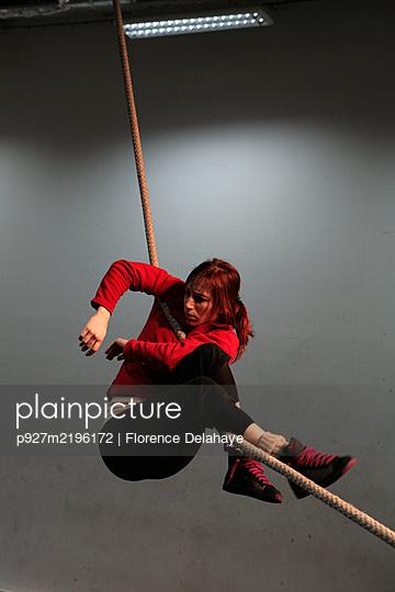 Artiste de cirque en résidence de création, recherches, corde lisse. - p927m2196172 by Florence Delahaye