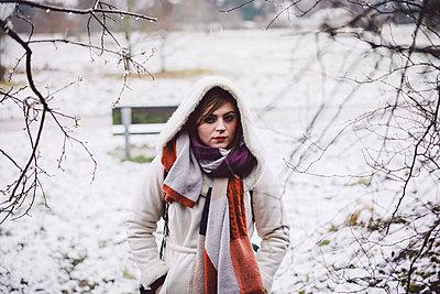 Junge Frau im Schnee - p1184m1120076 von brabanski
