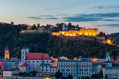 Germany, Bavaria, Passau, Fortress Oberhaus in the evening - p300m2042119 von JLPfeifer