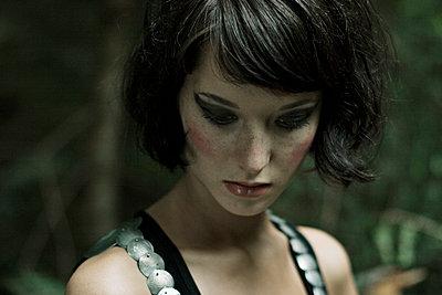 Portrait of a brunette woman - p300m878158 by Daniel Weisser