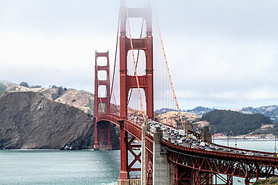 High angle view of Golden Gate Bridge over bay of water against sky, San Francisco, California, USA - p301m1180723 by Britta Wendland