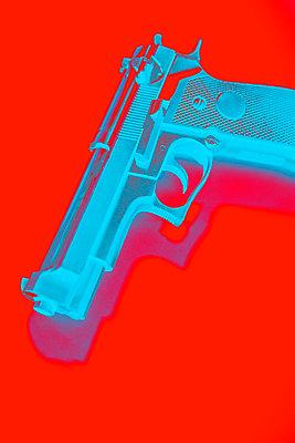 Hand gun against red background, CGI - p975m2286090 by Hayden Verry