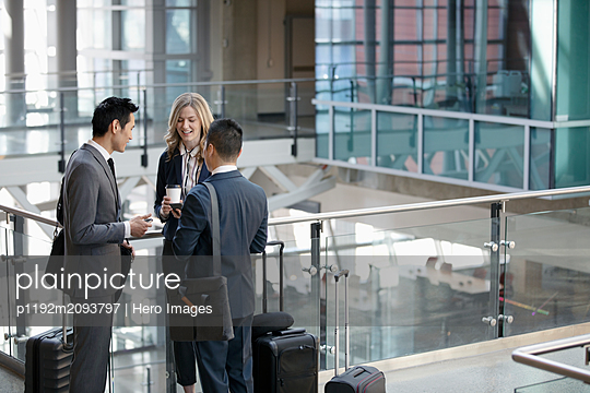 plainpicture - plainpicture p1192m2093797 - Business people with suitca... - DEEPOL by plainpicture