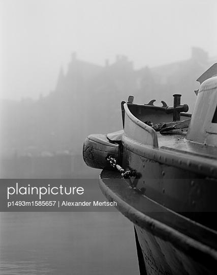 Schiff im Binnenhafen der Hamburger Speicherstadt bei Nebel - p1493m1585657 von Alexander Mertsch