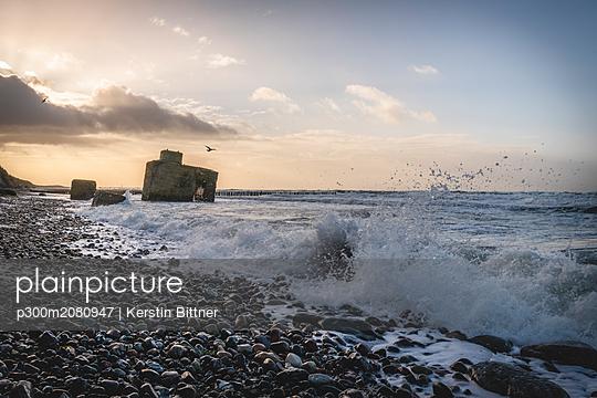 Germany, Mecklenburg-Western Pomerania, Fischland, Wustrow, bunker on the beach - p300m2080947 by Kerstin Bittner