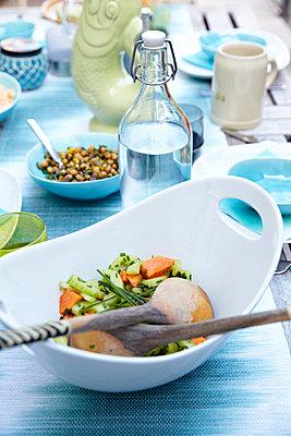 gedeckter Tisch close-up - p1146m1060108 von Stephanie Uhlenbrock