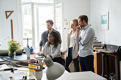 Arbeitssituation Startup Unternehmen - p1284m1165444 von Ritzmann