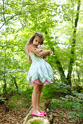 Little girl with stuffed animal - p249m661204 by Ute Mans
