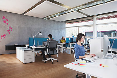 Three colleagues working in modern open space office - p300m981176f by Rainer Berg