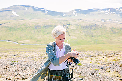 Woman holding digital camera - p312m2049819 by Linda-Pauline Arousell