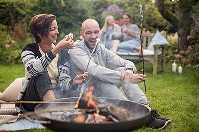 Roasting marshmallows - p788m1165263 by Lisa Krechting