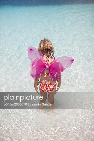 Schmetterlingsmädchen im Meer - p045m2038670 von Jasmin Sander
