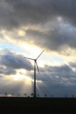 Windturbine vor Sonnenstrahlen - p1258m1516720 von Peter Hamel