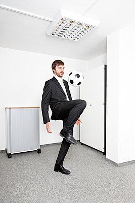 Sporty man in bureau - p2380411 by Anja Bäcker
