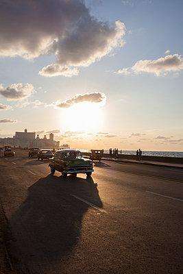 Vintage car in Havana - p304m1092293 by R. Wolf