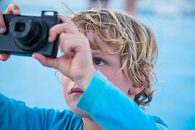 Little boy using camera - p628m1476215 by Franco Cozzo