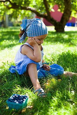 Little girl eating blueberries - p756m740341 by Bénédicte Lassalle