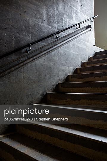 Dunkle Treppe - p1057m1146279 von Stephen Shepherd