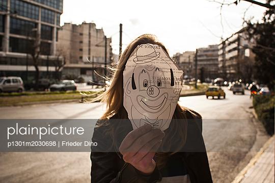Frau mit Clownskizze vor dem Gesicht - p1301m2030698 von Delia Baum