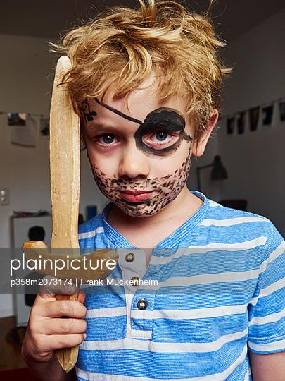 Kleiner Junge als Pirat - p358m2073174 von Frank Muckenheim