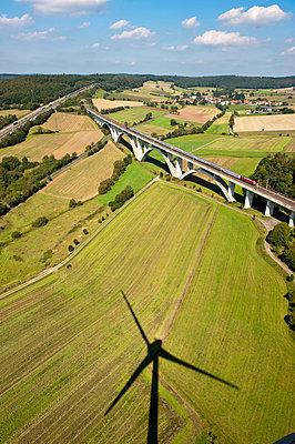 Windrad bei der Wälserbachtalbrücke - p1079m881306 von Ulrich Mertens
