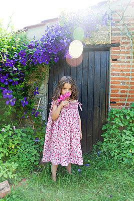 Flower scent - p756m854955 by Bénédicte Lassalle