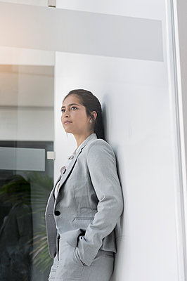 Germany, Bavaria, Munich, Young businesswoman standing in office - p924m2271259 by suedhang photography