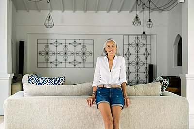 Portrait of beautiful senior woman in her living room - p300m1535841 by Steve Brookland