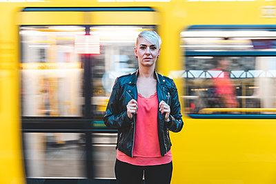 Portrait of woman standing at platform, Berlin, Germany - p300m2144986 von William Perugini