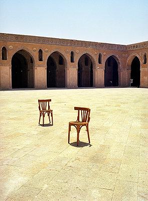 Zwei Stühle im Hof - p4530012 von Mylène Blanc