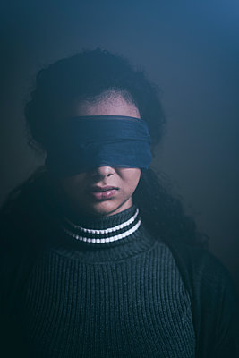 Scared blindfolded woman  - p794m2073033 by Mohamad Itani