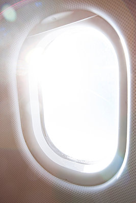 Sunlight through airplane window - p798m1007808 by Florian Löbermann