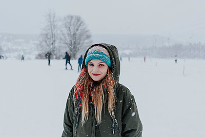 Young woman in snowscape - p1184m1424124 by brabanski
