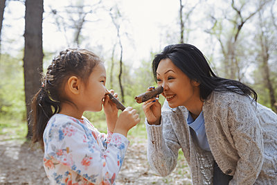 Mother and daughter playing in public park - p300m2273696 by Arman Zhenikeyev
