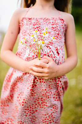 Girl holding wild flowers - p312m1228933 by Lisa Wikstrand