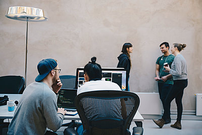 Computer programmers discussing in creative office - p426m1493963 by Maskot