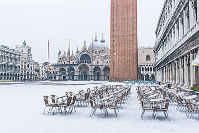 St Mark's square covered with snow, Venice, Veneto, Italy. - p651m2034034 by Marco Bottigelli