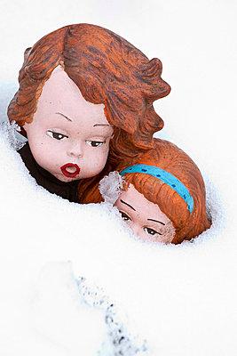 Children figurines in the snow - p7390129 by Baertels