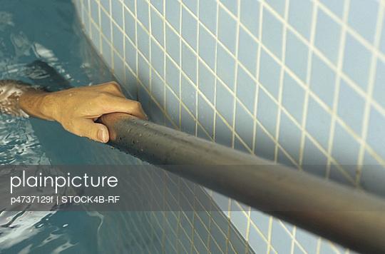 Hand eines Mannes hält - p4737129f von STOCK4B-RF