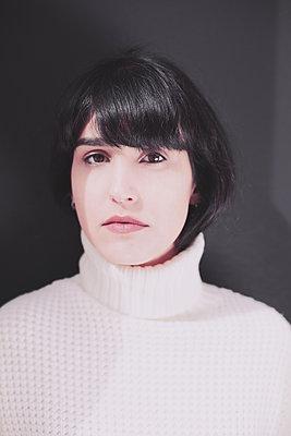 Portrait Frau vor dunklem Hintergund - p1429m2008087 von Eva-Marlene Etzel