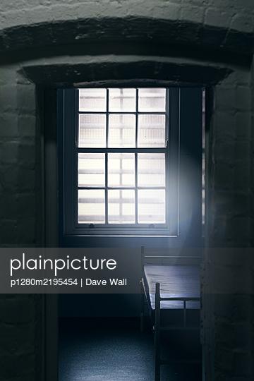 Leerer Raum mit Bett in einer Psychiatrie - p1280m2195454 von Dave Wall