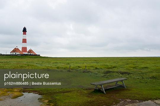 Picknicktisch in Westerhever - p162m886485 von Beate Bussenius